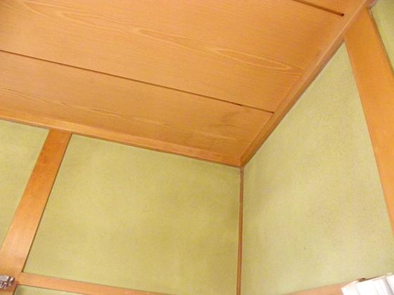 次は内壁。シミや雨染みが出来ていないか(屋根・サッシのキワ・屋根と壁の取り合い・・など原因はたくさん考えられるそう)を目視で確認。